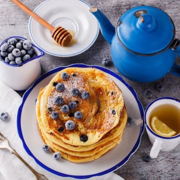 Pancakes allo yogurt greco con mirtilli e banana