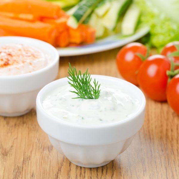 Bicchierini di yogurt greco e pomodoro